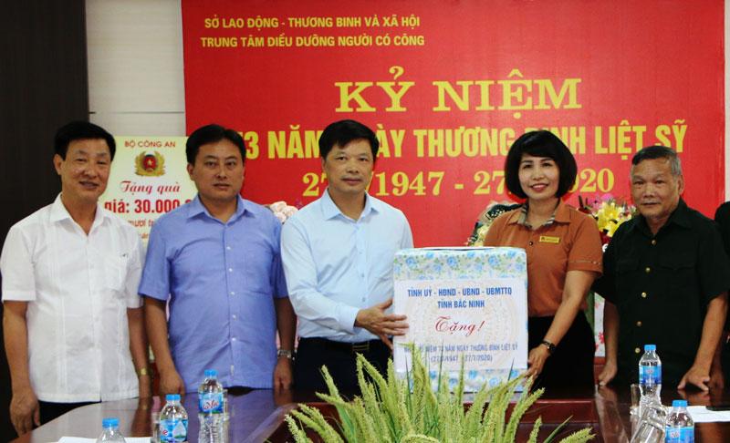 Phó Chủ tịch UBND tỉnh Đào Quang Khải thăm, tặng quà tại tỉnh Bắc Giang
