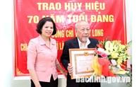 Trao Huy hiệu 70 năm tuổi Đảng tại huyện Thuận Thành