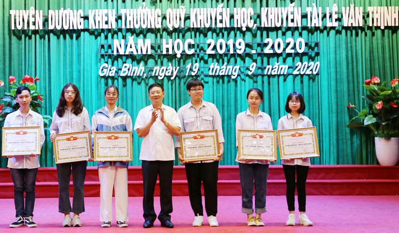 Huyện Gia Bình tuyên dương, khen thưởng Quỹ khuyến học, khuyến tài Lê Văn Thịnh