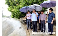 Kiểm tra tiến độ thu hoạch lúa mùa tại huyện Quế Võ