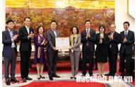 Tặng Bằng khen cho lãnh đạo Công ty TNHH Samsung Electronics Việt Nam