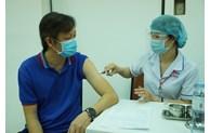 Người trên 65 tuổi và người mắc các bệnh mãn tính sẽ được tiêm vắc xin COVID-19