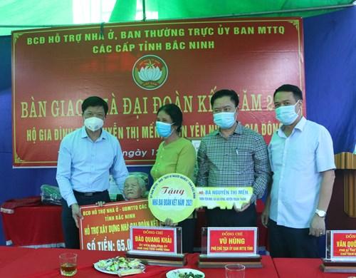 Lãnh đạo tỉnh bàn giao nhà đại đoàn kết tại Thuận Thành
