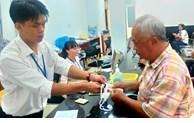 Người lao động phấn khởi nhận tiền trợ cấp do ảnh hưởng bởi dịch COVID-19