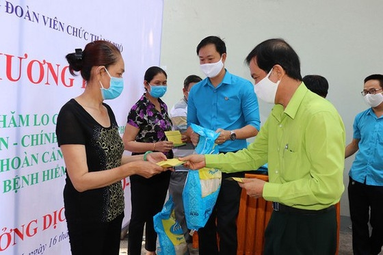 Thành phố Hồ Chí Minh hoàn thành hỗ trợ người bị ảnh hưởng dịch COVID-19