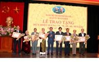 Phó Bí thư Thành ủy Hà Nội Nguyễn Văn Phong trao Huy hiệu Đảng cho đảng viên quận Hoàn Kiếm