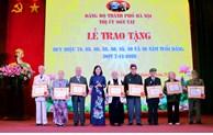 Phó Bí thư Thường trực Thành ủy Hà Nội trao tặng Huy hiệu Đảng tại Sơn Tây