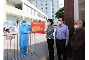 Phó Bí thư Thường trực Thành ủy Hà Nội Nguyễn Thị Tuyến trao quà hỗ trợ Bệnh viện K cơ sở Tân Triều