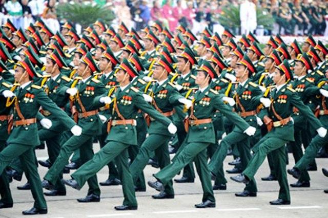 """Sự lạc lõng của luận điểm """"Phi chính trị hoá"""" quân đội"""