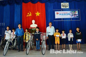 Chi đoàn Báo Bạc Liêu tặng quà cho học sinh nghèo nhân năm học mới